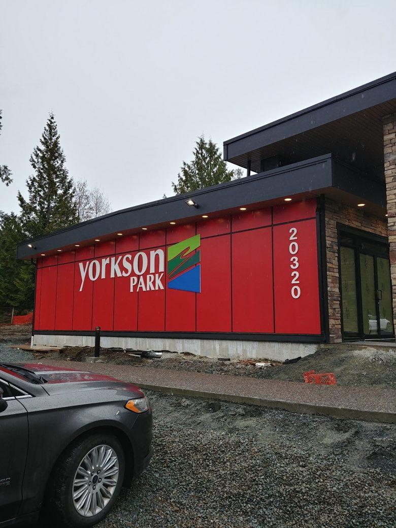 showroom exterior building lettering